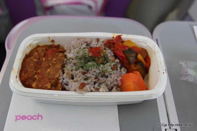 ピーチ 機内食(2) 十六穀米とキーマカレー・ラタトゥイユ添え