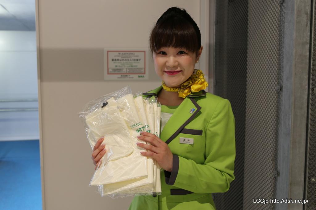 春秋航空日本 関空線就航 CAさんより初便搭乗プレゼント