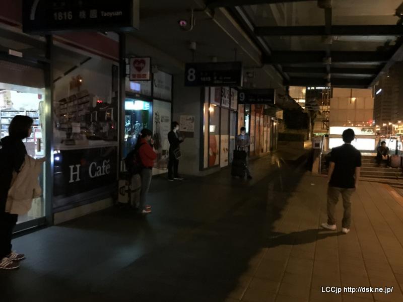 台北西站A棟 深夜3時のバス乗り場