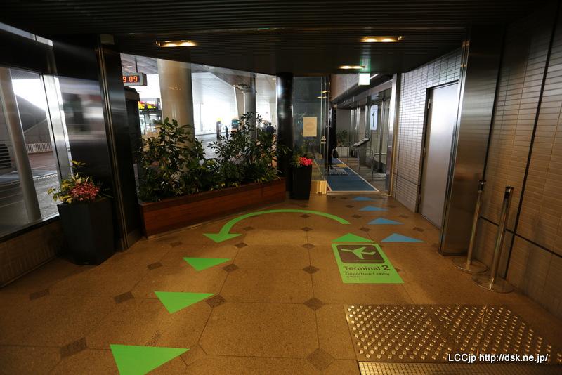 成田空港駅から出発ロビーに向かうエスカレーター