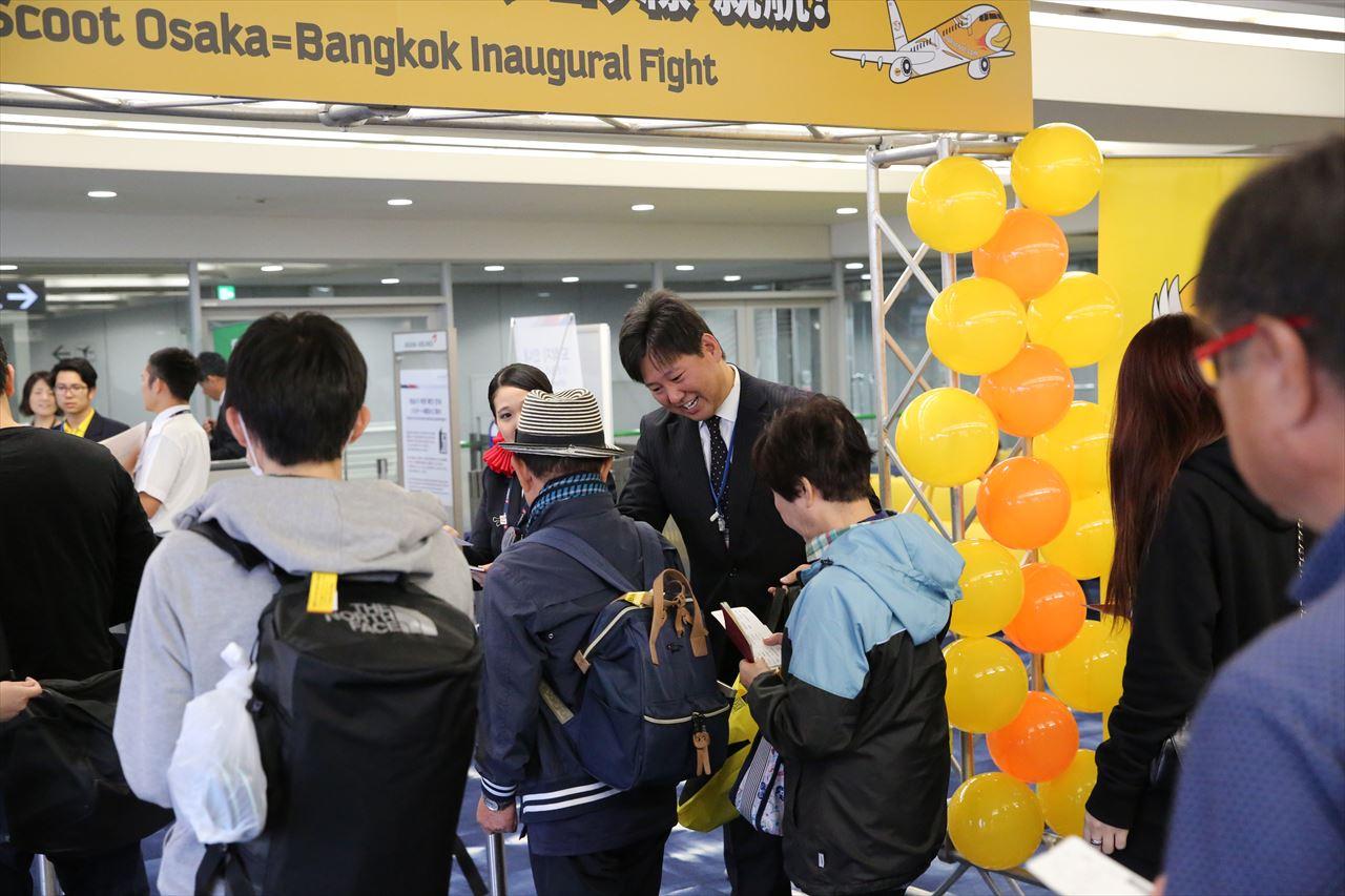 初便搭乗者に記念品を渡すノックスクート日本支社坪川社長