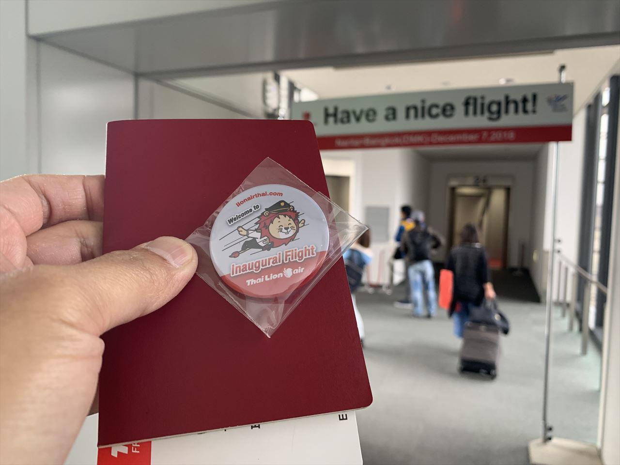 タイライオンエア 初便搭乗者へバッジがプレゼント