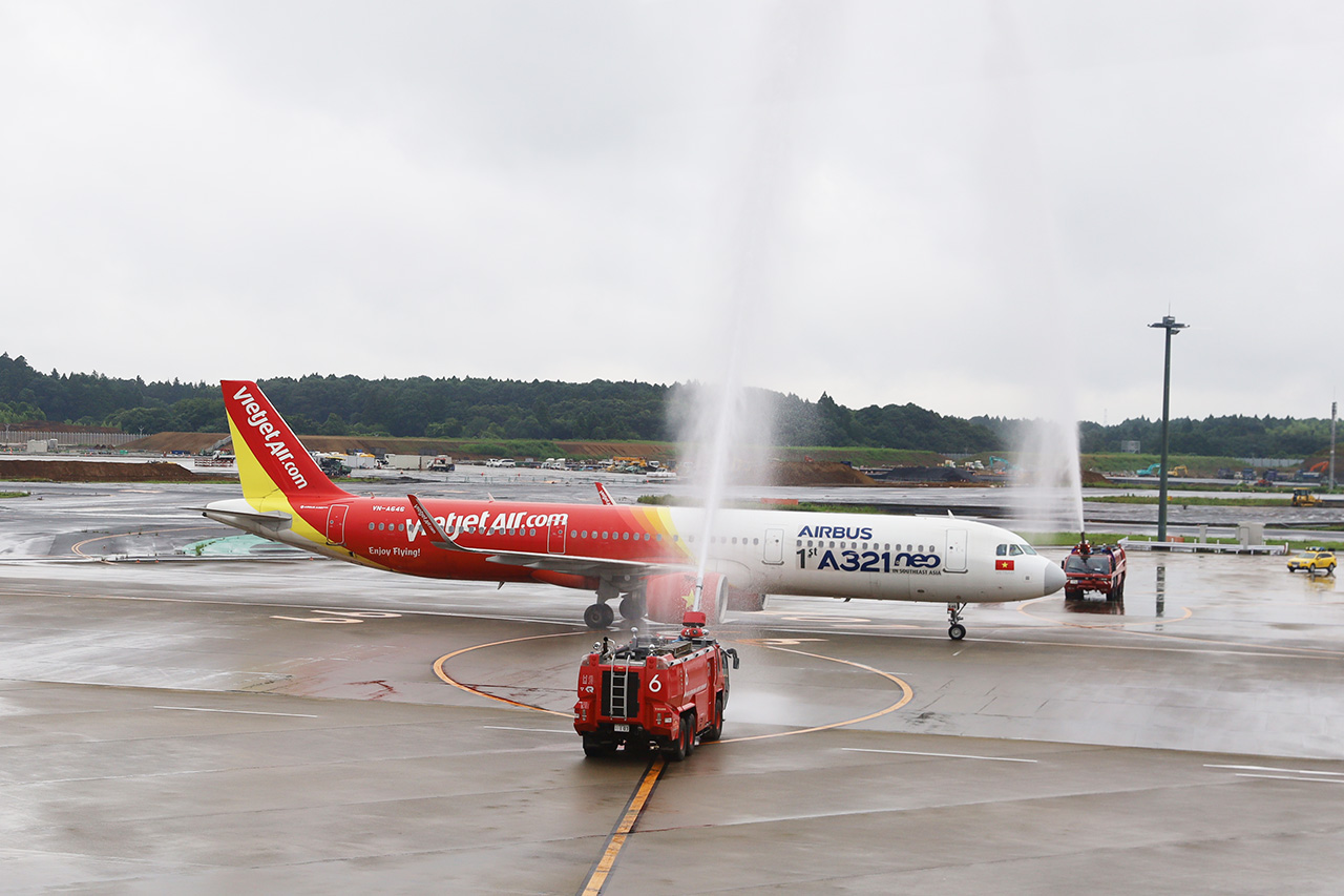 VJ822到着便をウォーターアーチで歓迎