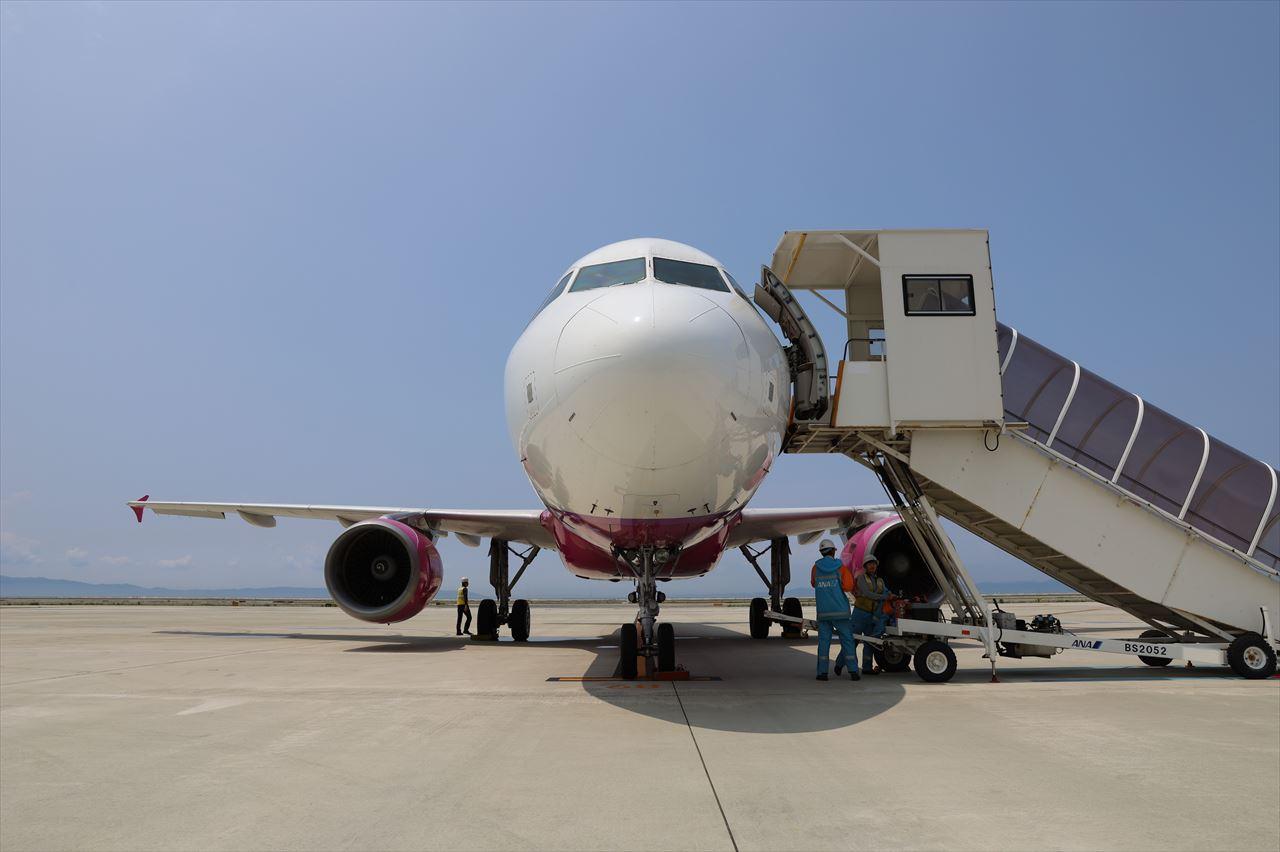 ピーチ初号機(旧JA801P) 出発準備中