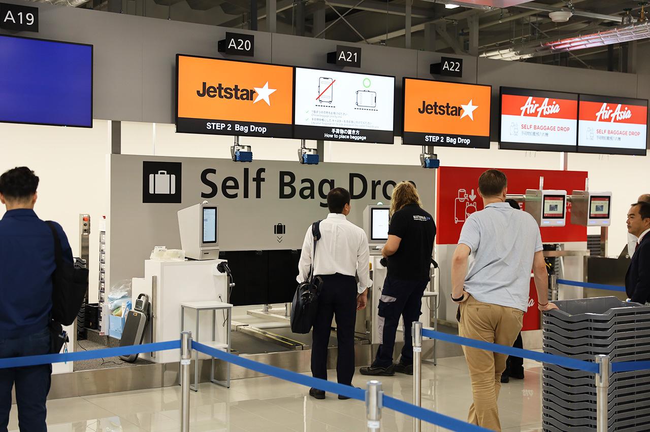 自動手荷物預入機を利用する搭乗客