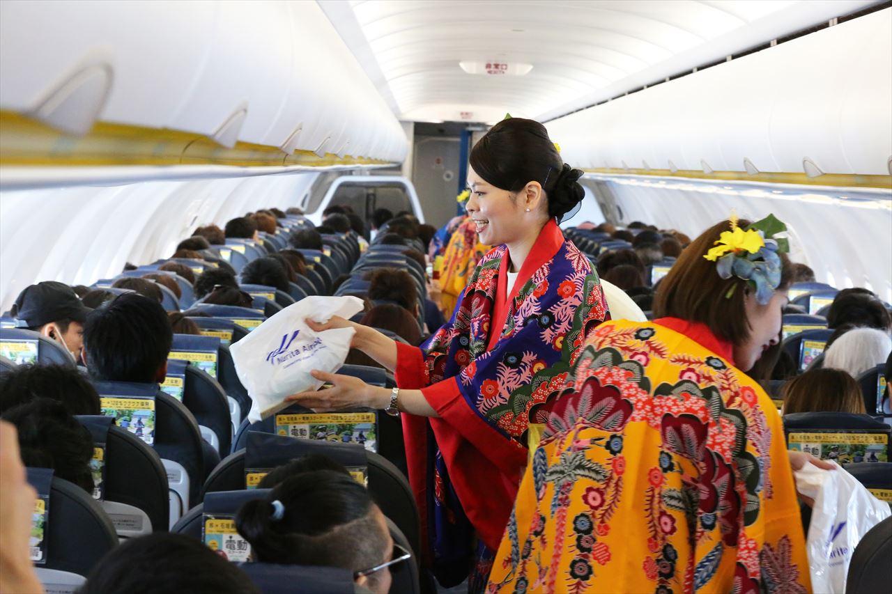 沖縄の民族衣装「琉装」をまとったCA