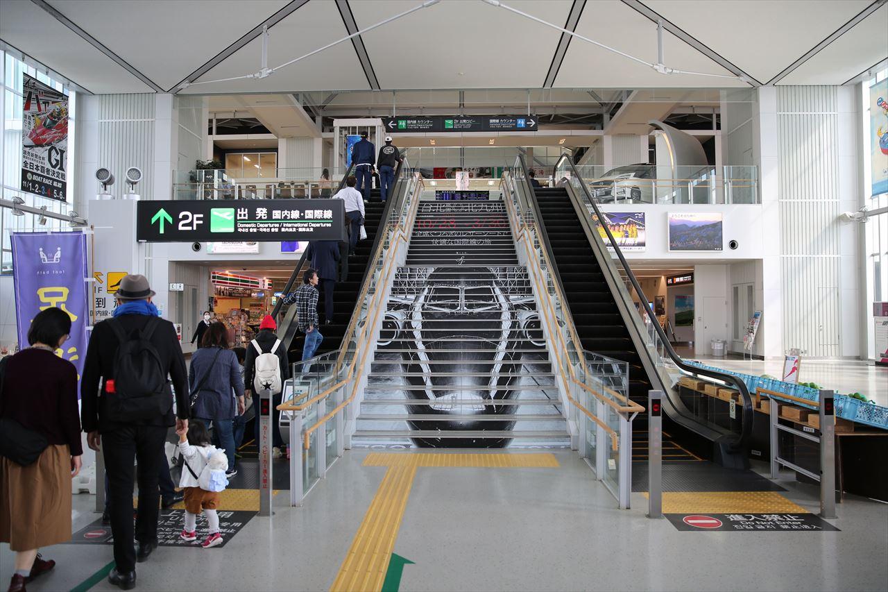 北九州空港 エントランス階段のラッピング広告