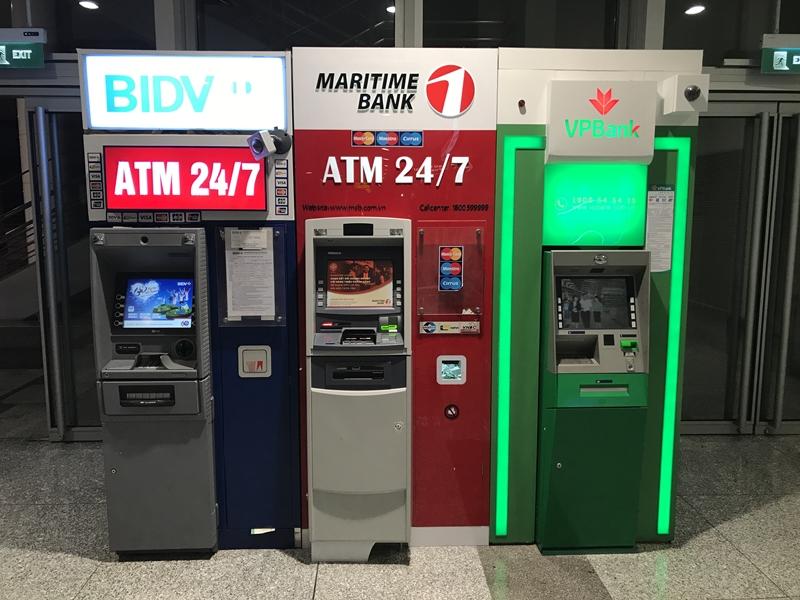 深夜のハノイノイバイ国際空港 1Fフロア ATMは稼働中