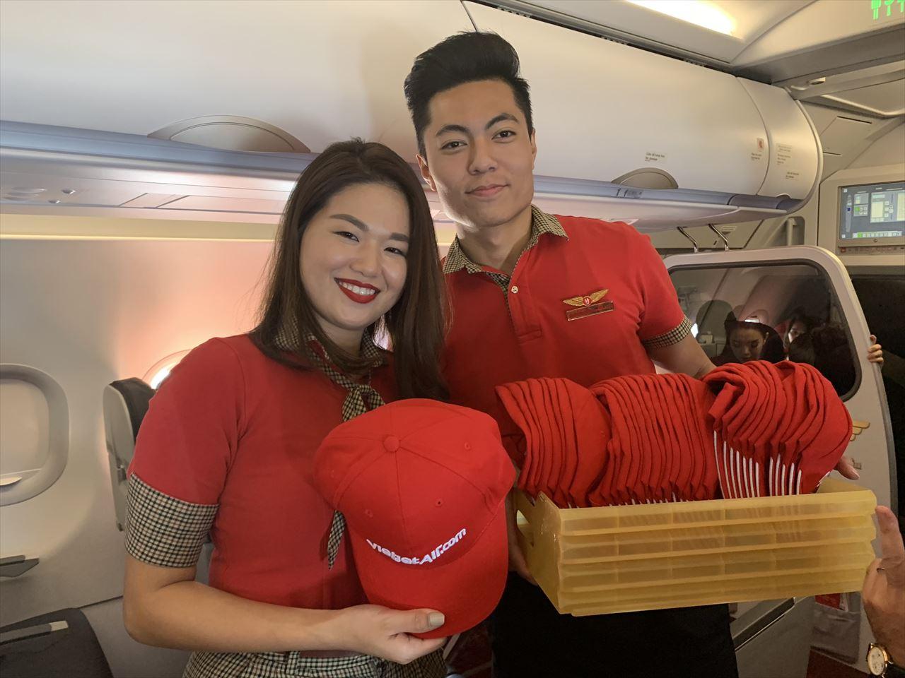 初便搭乗者にプレゼントを渡す客室乗務員さん