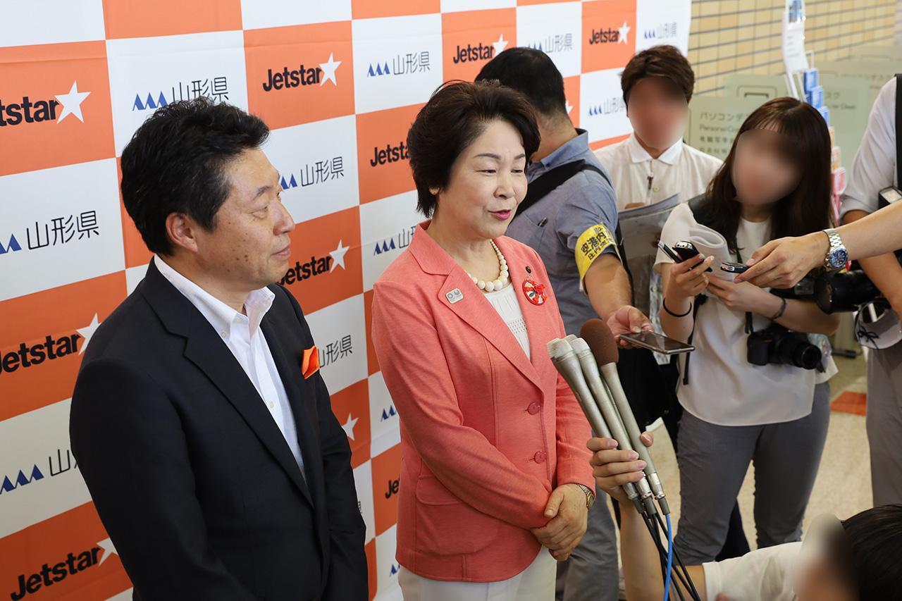 記者の囲み取材に応じる吉村知事と片岡社長
