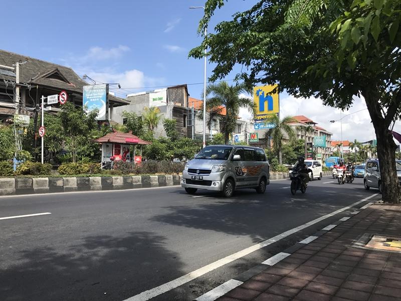 バリ Hypermart前の交通量の多い道路