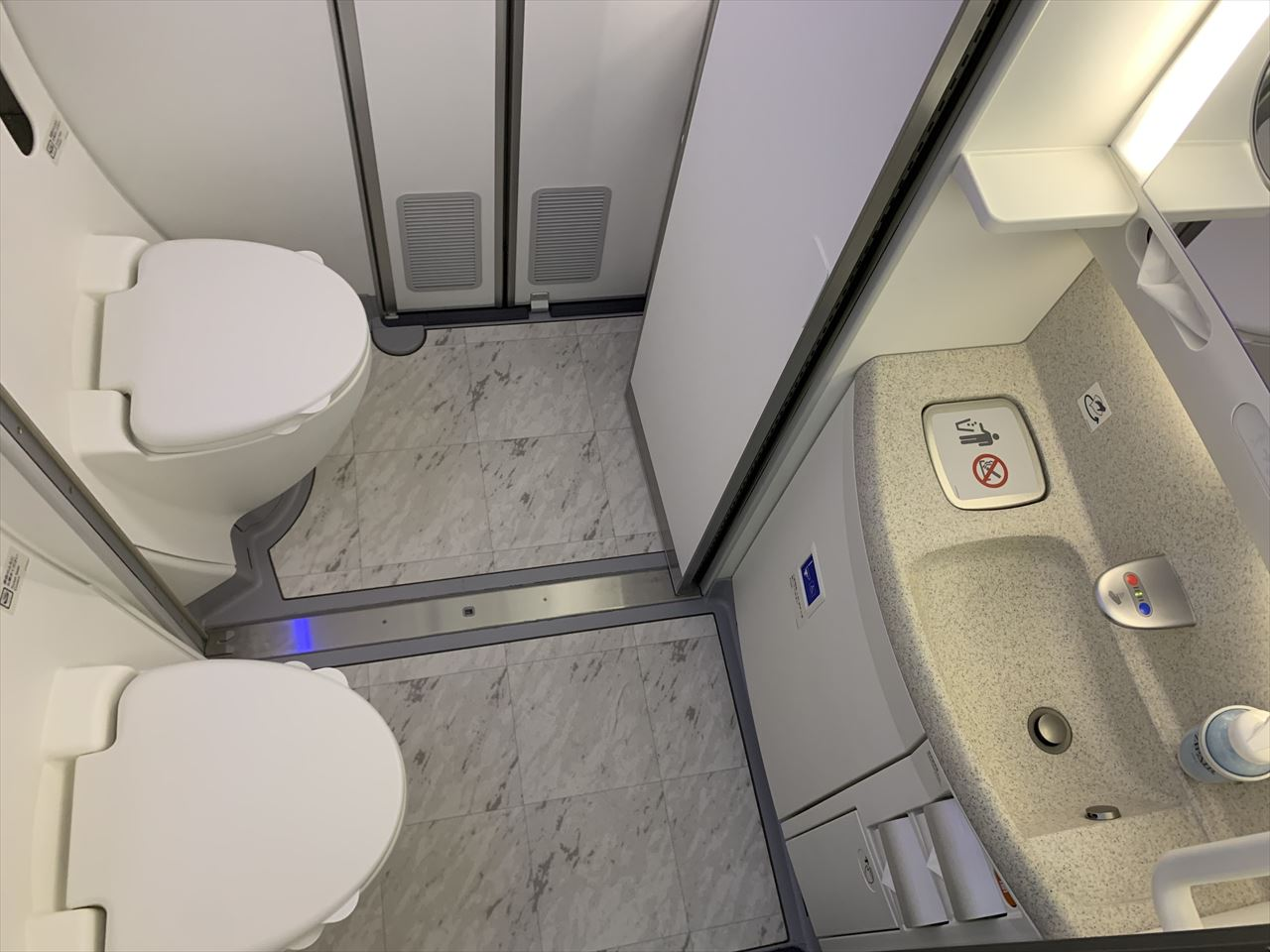 ZIPAIR Connecting Lavatory