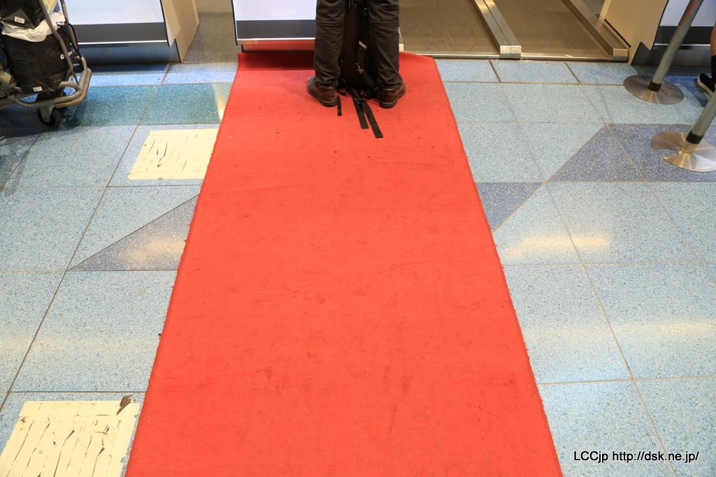 エアアジアX くたびれた赤じゅうたん