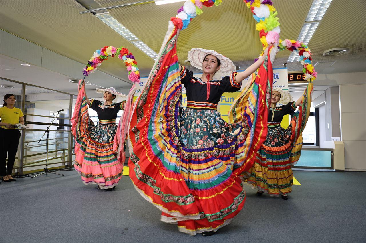 東京外国語大学フィリピン民族舞踊部によるダンス