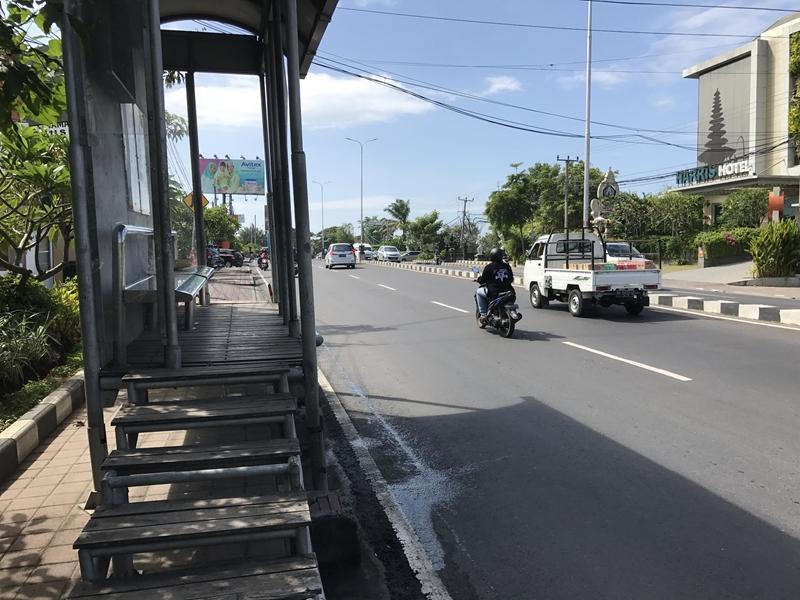 バリ 公共バスでHypermart前バス停に到着
