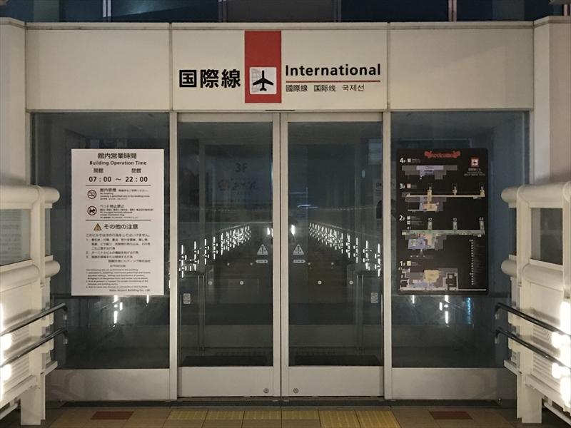 早朝の那覇空港国際線ターミナル2階入口
