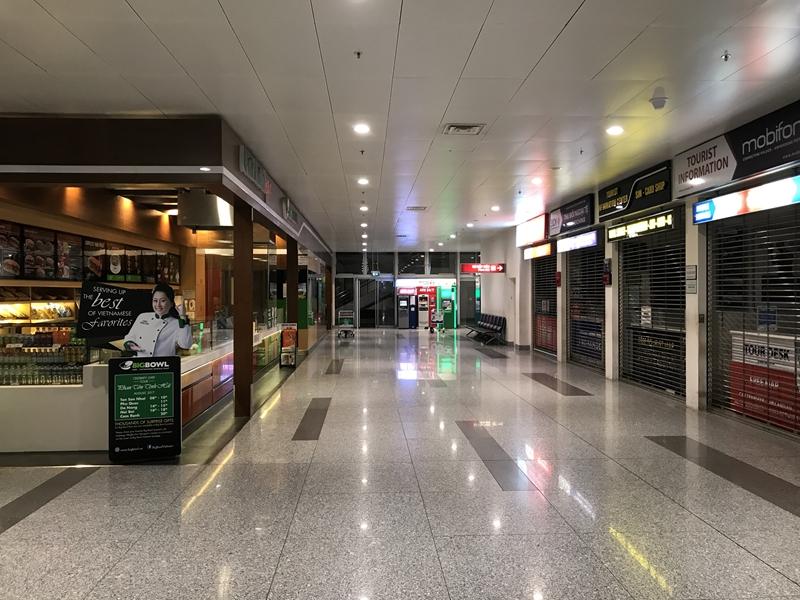 深夜のハノイノイバイ国際空港 1Fフロア 営業店はない