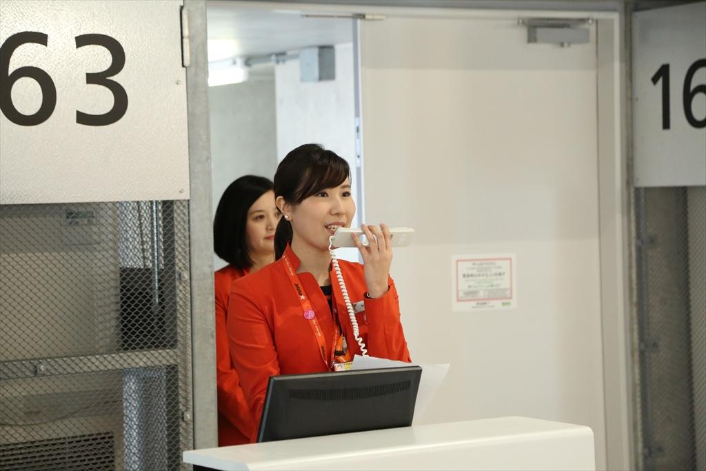 日本語でのアナウンスを行う地上スタッフ