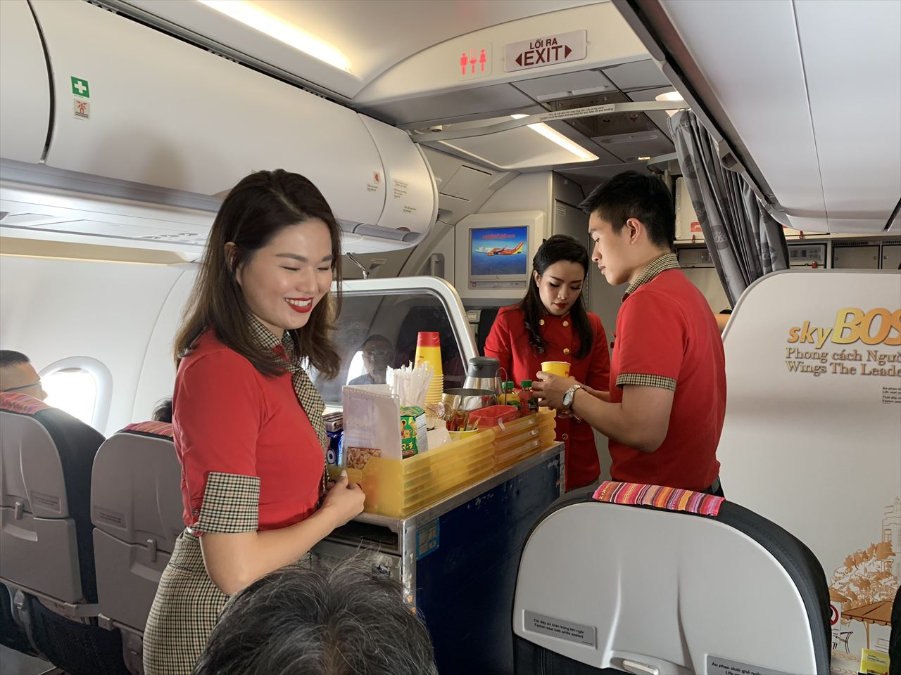 機内食の提供が始まりました