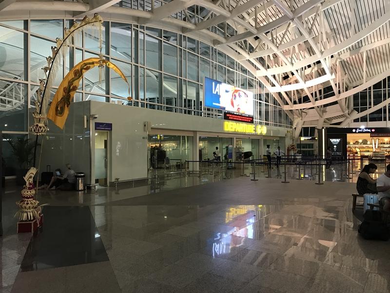 デンパサール空港 カウンター前保安検査