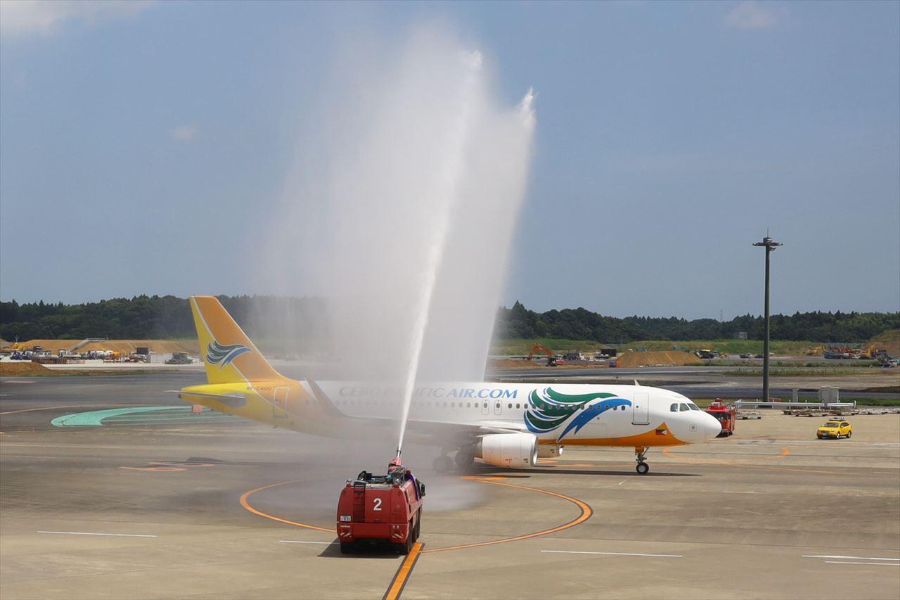 成田に到着した5J5068初便を放水アーチで歓迎
