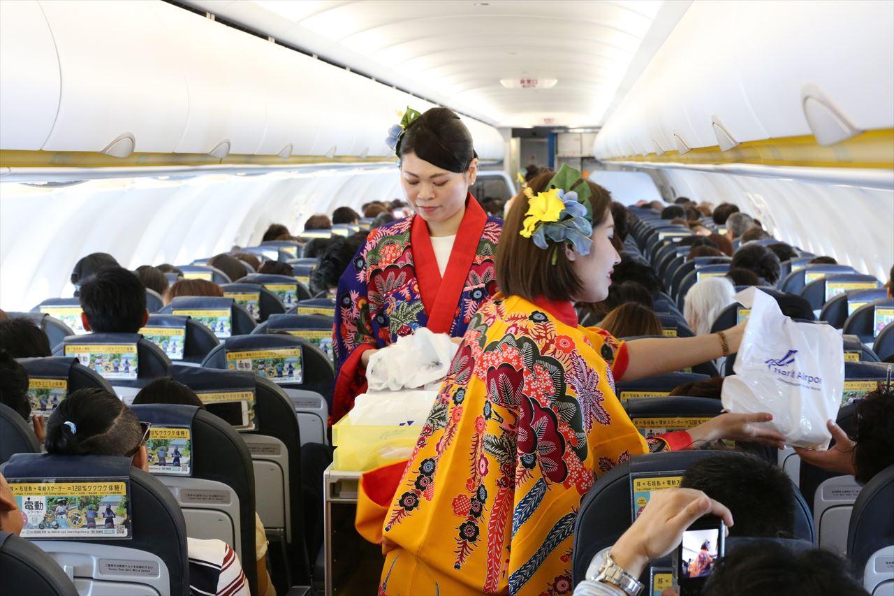 沖縄の民族衣装「琉装」を着た客室乗務員