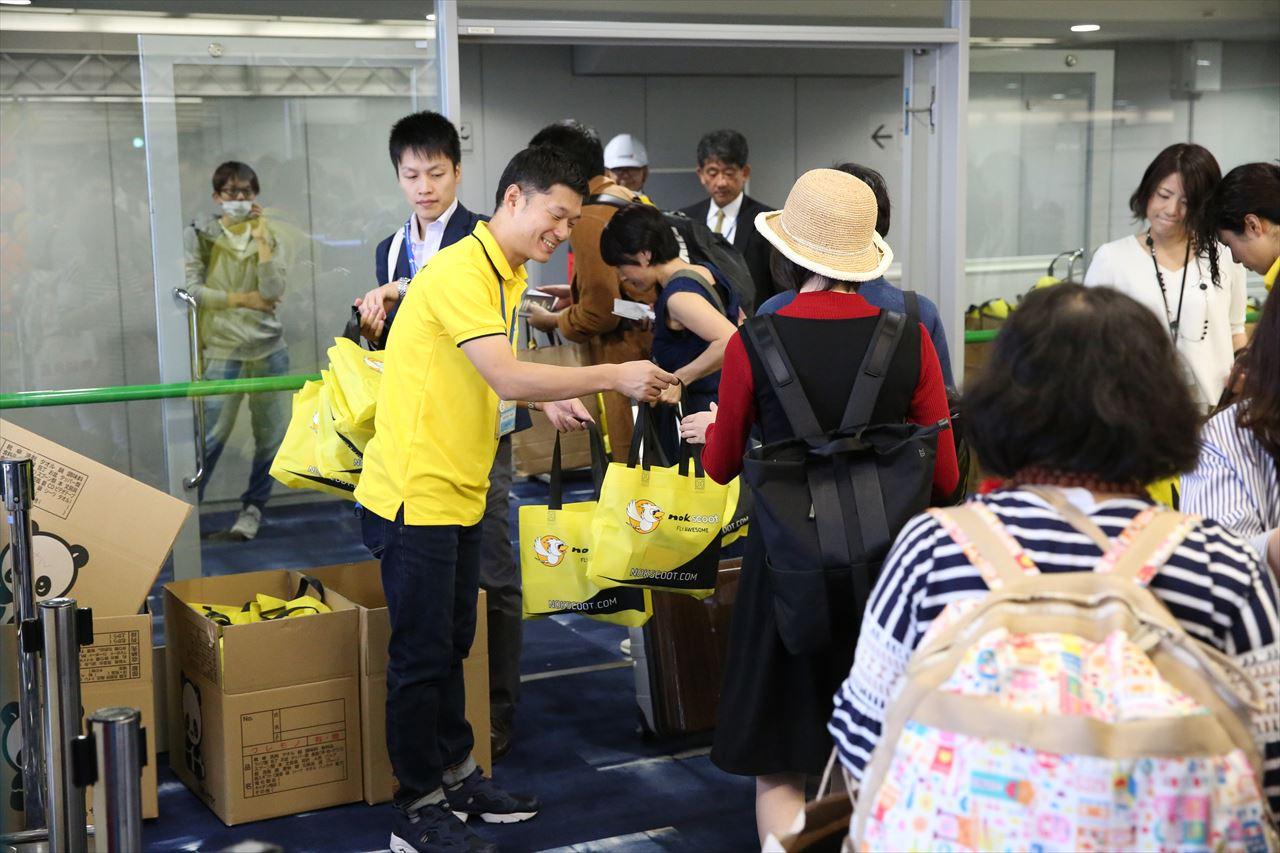 初便搭乗者には1つ1つ丁寧に記念品が手渡された