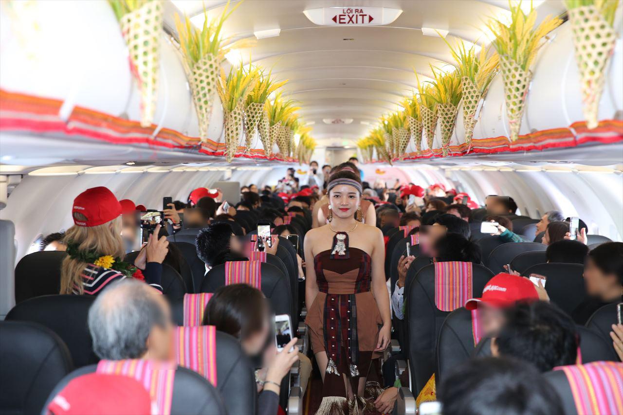 ベトジェットエア 機内で民族舞踊ショー