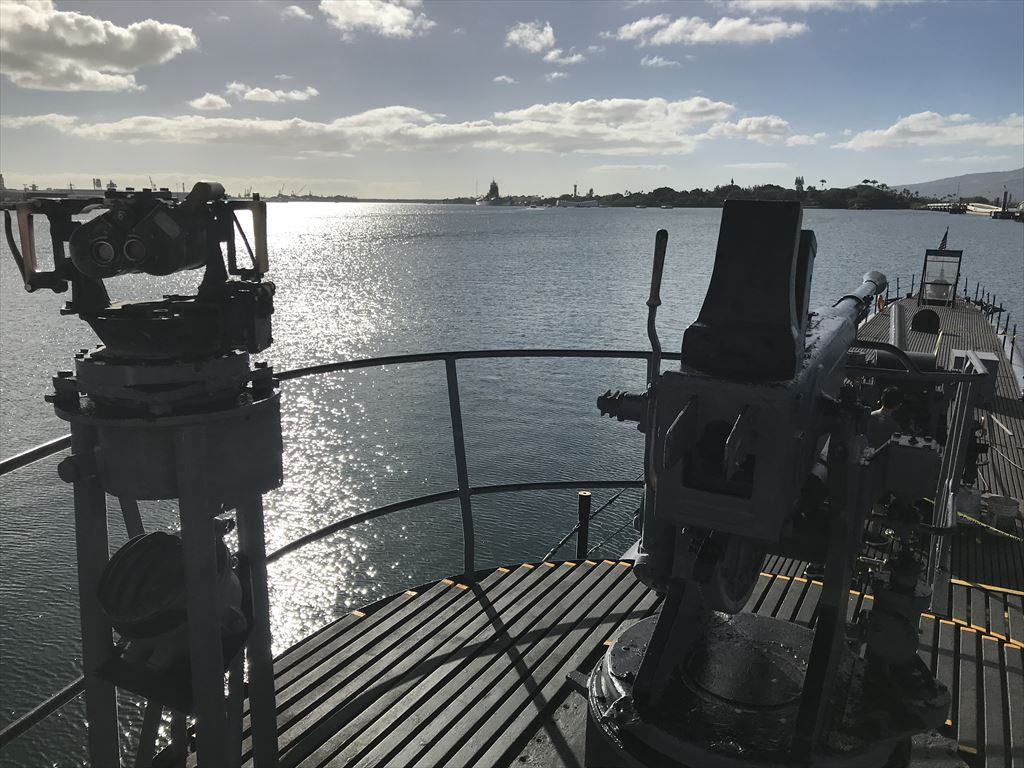 潜水艦ボーフィンから戦艦ミズーリを見る