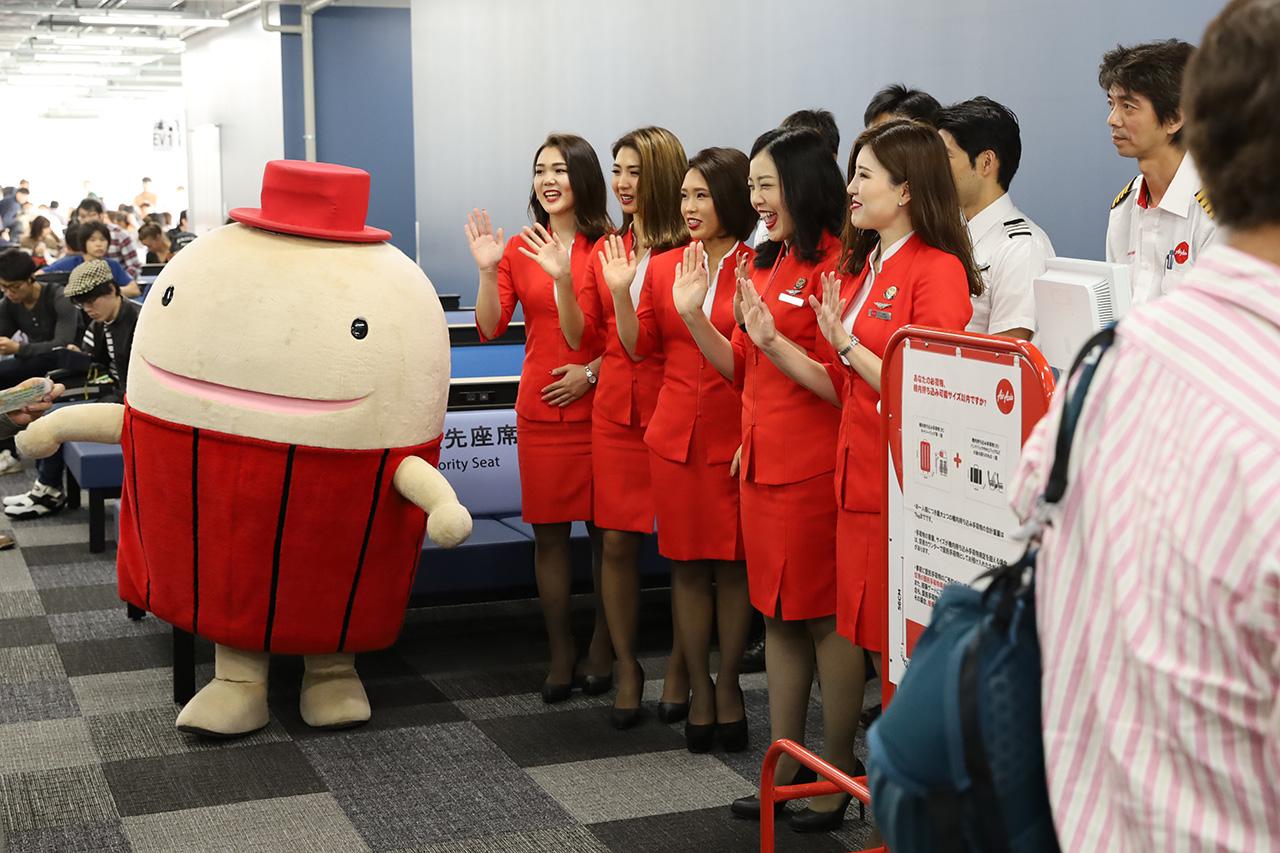 エアアジアDJ1便搭乗客を見送るCAさんとフー