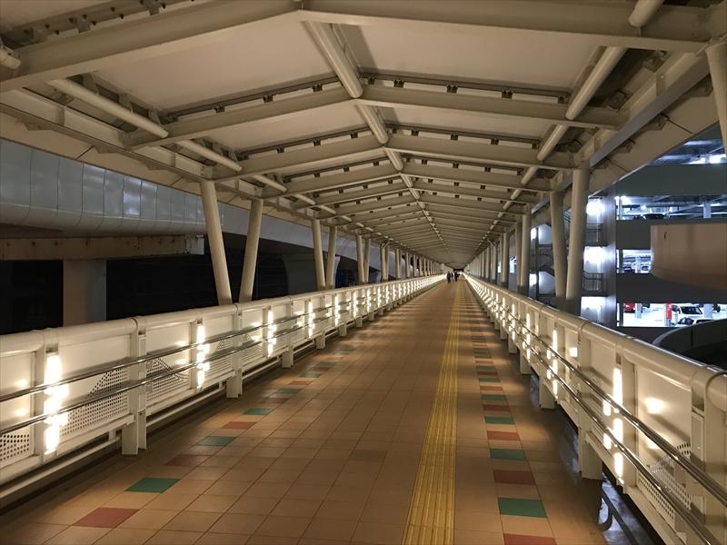 早朝の那覇空港 国際線への2階通路を進む