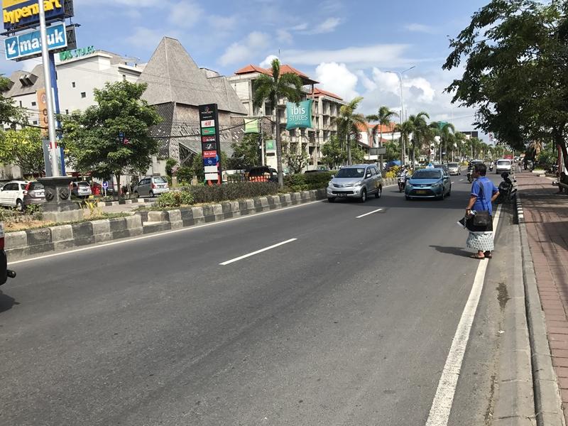 バリ Hypermart前の交通量の多い道路2