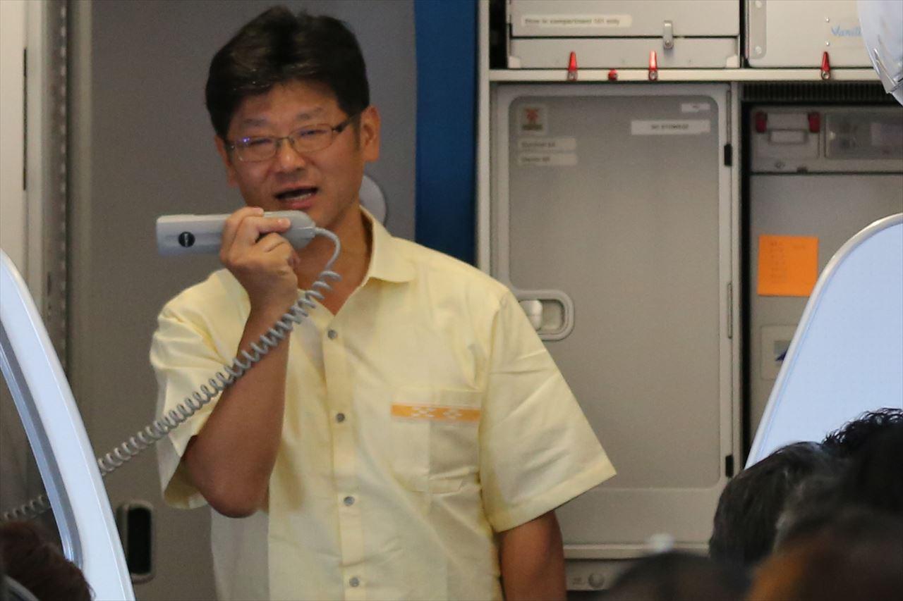 JW811初便の機内で挨拶をする五島社長