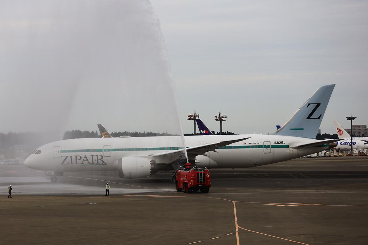 ジップエア 成田ーソウル旅客初便に放水アーチで祝福