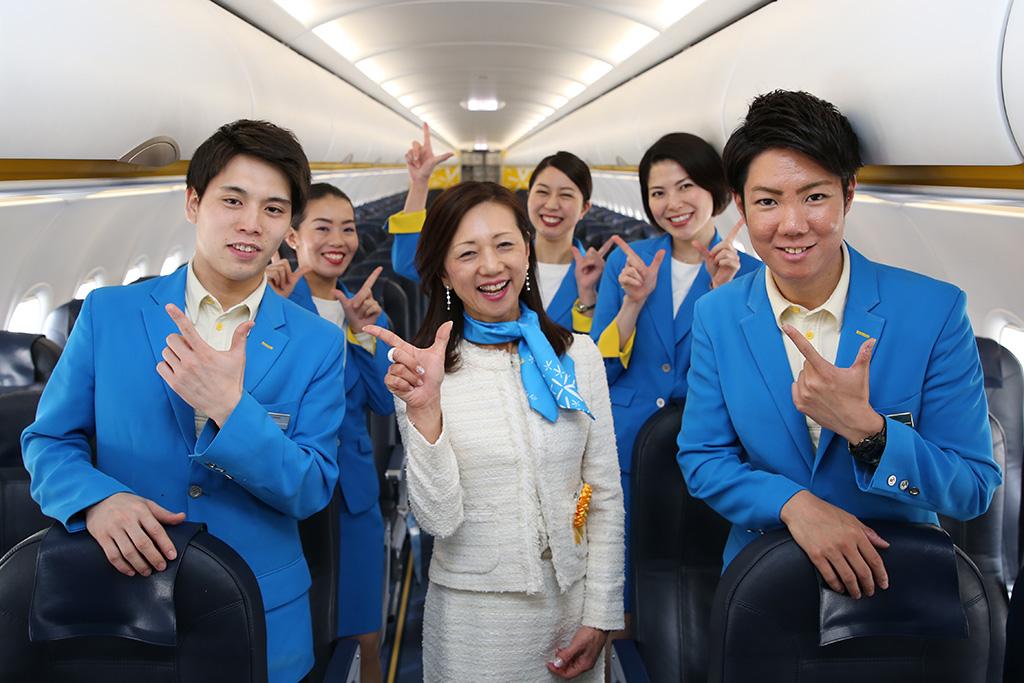 JW151初便クルーと山室副社長で記念撮影