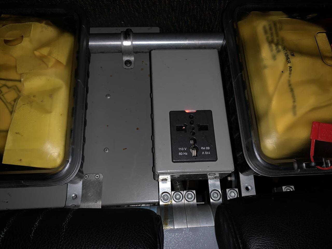 スクートビズ席の電源コンセント