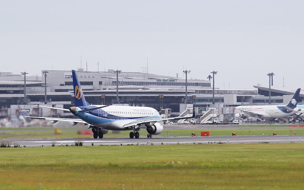 台中へ向けて離陸するAE267初便