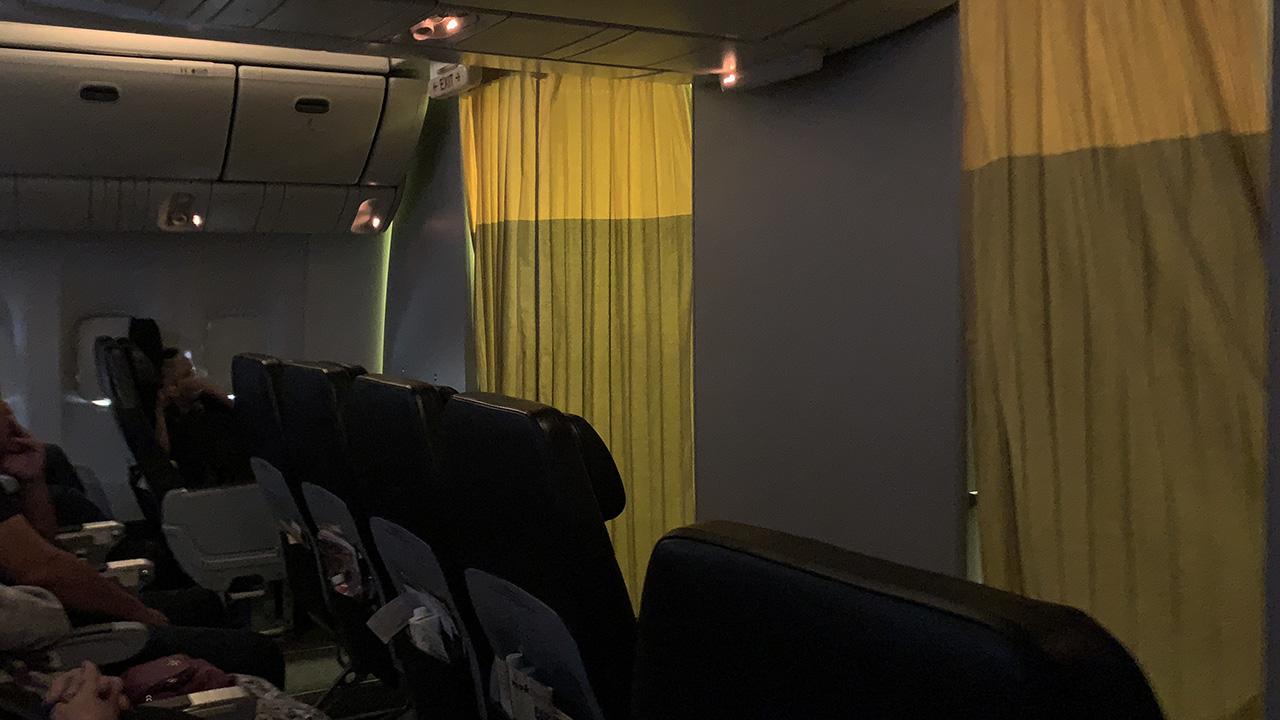 ノックスクート 機内照明を暗く