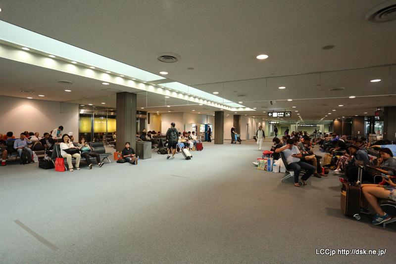 成田空港 70番ゲート待合