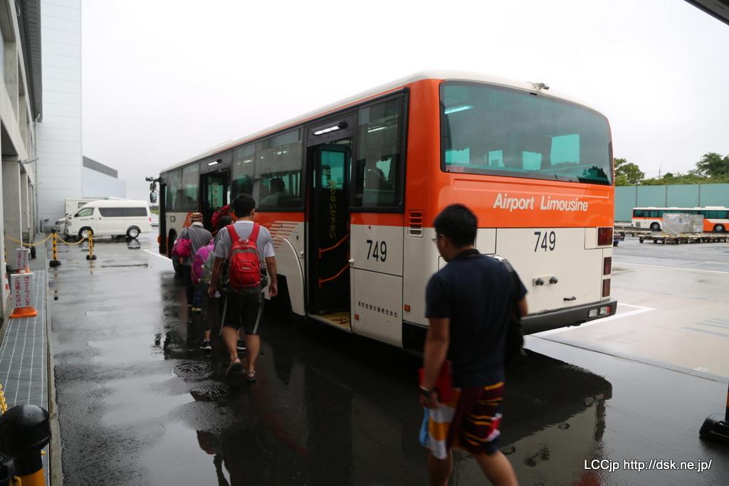 シャトルバスで搭乗機に移動